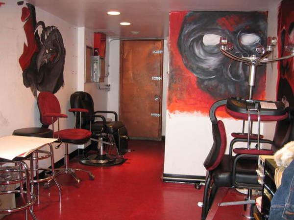 刺青店的地下室