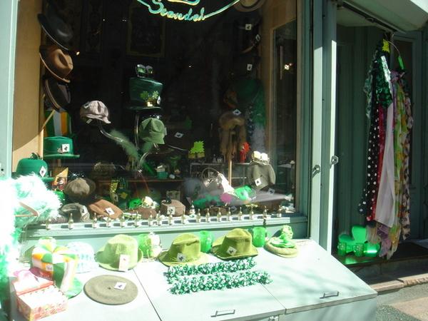 酒館隔壁的帽子店也很聖派屈克,綠成一片