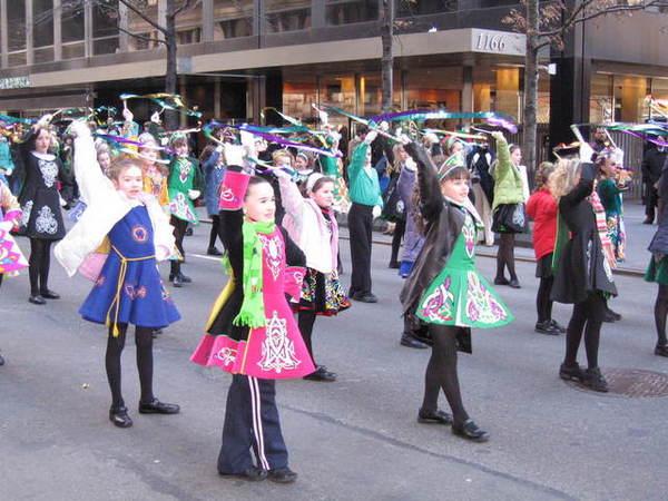 正在為遊行排演的小愛爾蘭女孩們