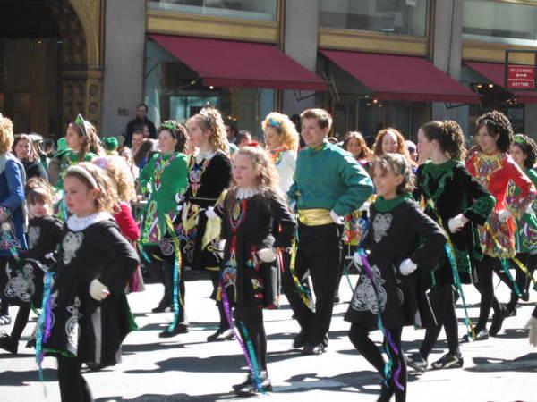 終於輪到剛剛排演的小女孩們跳舞