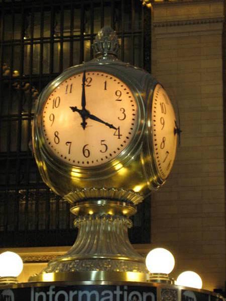 中央車站大廳服務台上的鐘