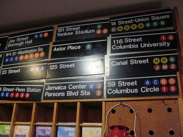 我買了兩個有特殊意義的地鐵站牌回家