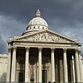 在巴黎每天都是這種詭異的雨天...