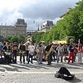 聖母院外的街頭表演藝人組合