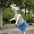 歐洲這種街頭牛雕像不少,這隻萬國旗很可愛
