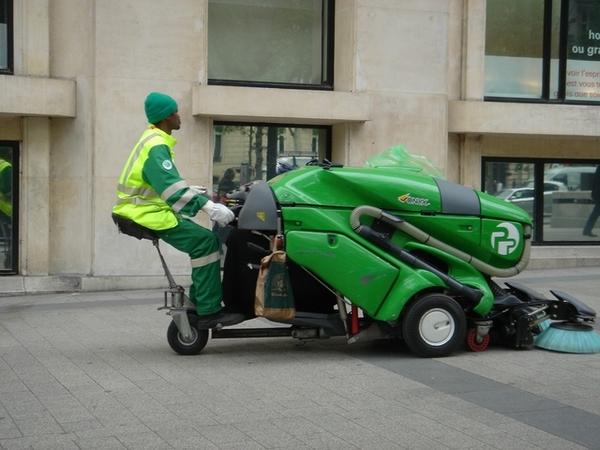 巴黎香榭麗舍大道,綠油油的清道夫