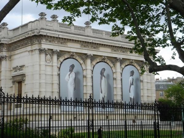 某博物館牆外的大型黑美人圖片