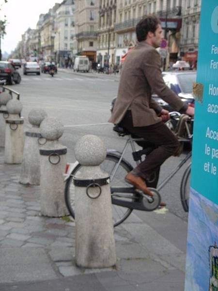 把巴黎單車帥哥拍糊了,感覺真糟
