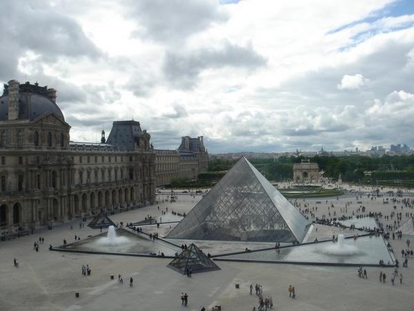 羅浮宮的玻璃金字塔。快下雨了。