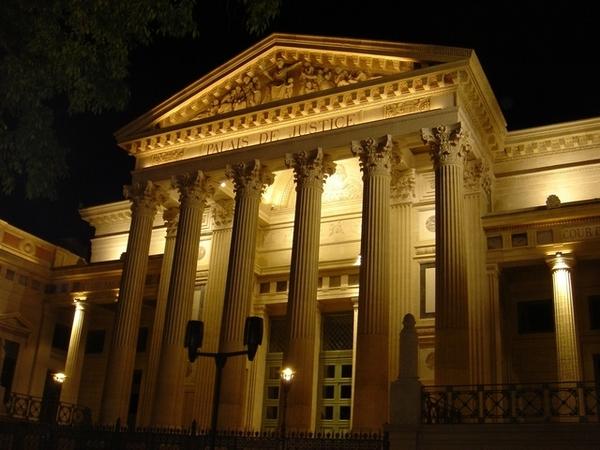 尼姆法院的夜景,浪漫的嗅不出法庭的氣息...