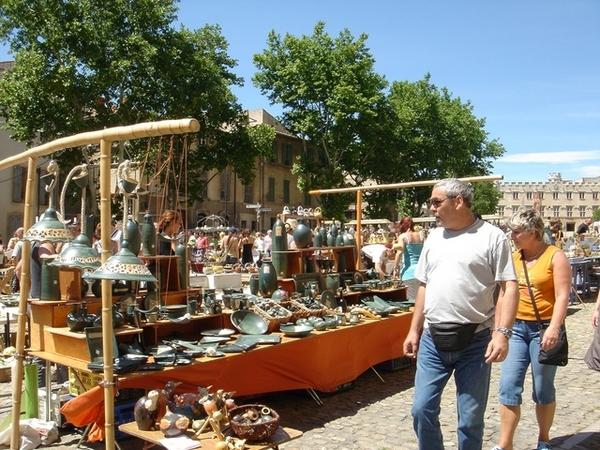 亞維儂教皇宮廣場前的週末市集