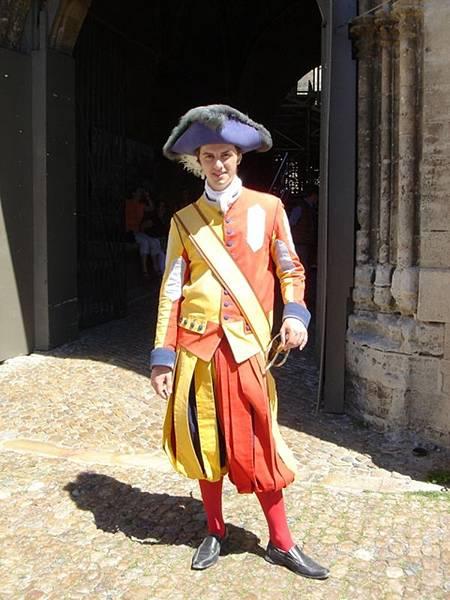 教皇宮門口乖乖任人拍照的小帥哥