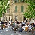 教皇宮市集旁的咖啡座,坐滿曬太陽的遊客