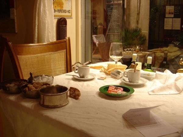 隔壁桌客人酒足飯飽離去,小費三歐元