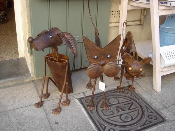 藝品店門口的狗、貓、鼠