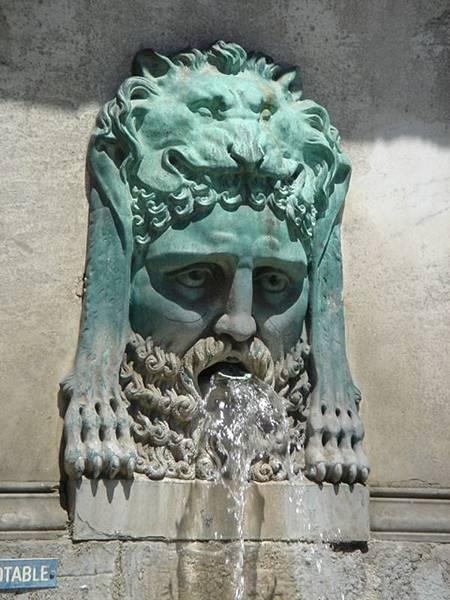 亞耳最著名的噴泉。這設計真無厘頭...