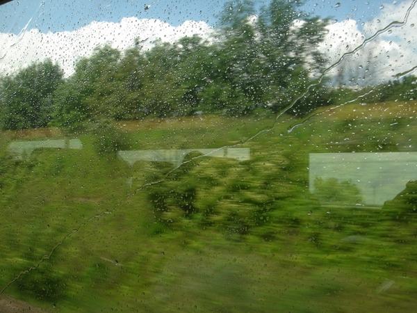 果然到哪裡都在下雨,坐火車也不例外
