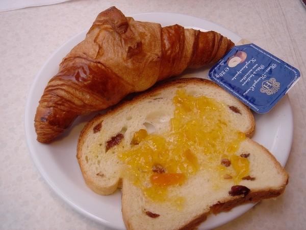 旅館的自助式早餐,我胃口不好只吃了一點,但牛角麵包超讚!