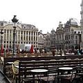 因為下雨,廣場旁的露天咖啡座都暫時歇業