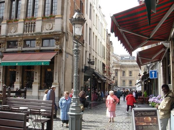 廣場週邊有很多賣熱巧克力和比利時鬆餅的咖啡店