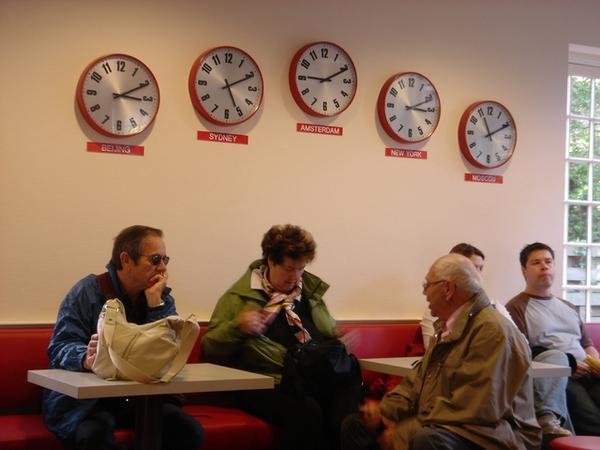 和老人們一起等著去阿克瑪的遊覽車