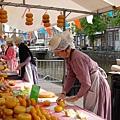 乳酪小販都穿傳統服飾叫賣