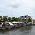 乳酪市集在運河邊舉行