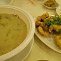 酸菜肚片湯噴香濃郁,胡椒味重,和台式的很不同,我喝了五碗