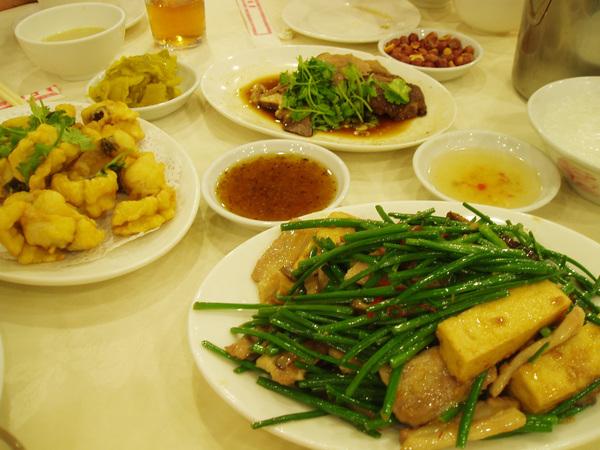 到香港時已經是晚上,但立刻被抓去德記,吃潮州菜當宵夜