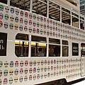 我很喜歡香港的雙層電車,外觀是現代化的廣告,內裝有古色古香的木框