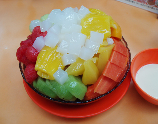 招牌「B仔涼粉」,是十幾種水果和涼粉的組合