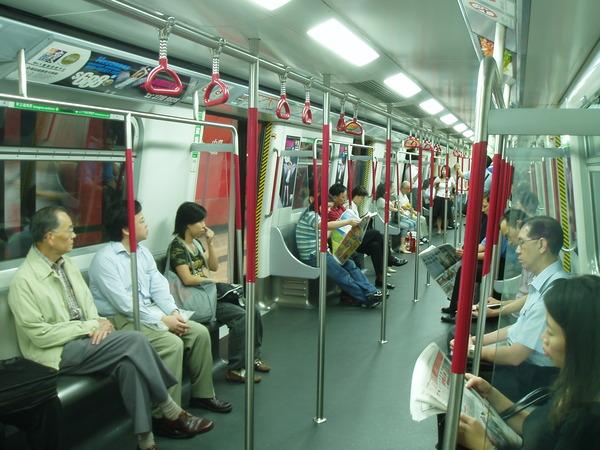 除了看報的人比較多,和台北捷運沒什麼不同