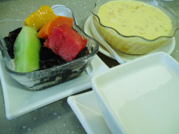 逛累了,到杏花樓吃甜品。杏花樓是香港的平價甜品連鎖店,我們點了楊汁甘露、杏仁露和鮮果涼粉