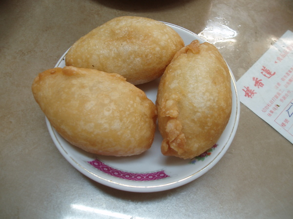 這是我第一次吃「咸水餃」,糯米做的外皮,裡面包了肉餡和蝦米去炸,甜甜鹹鹹的口感很討喜