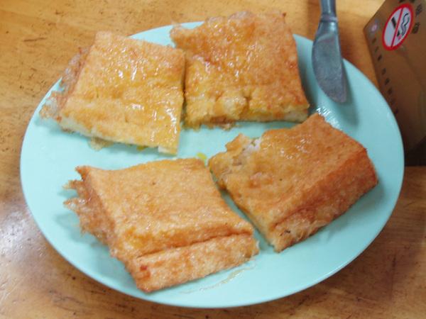 炸過的土司放上一整塊奶油,切開裡面還有咖椰醬,好好吃但肥到爆錶
