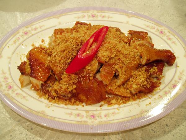銖記的招牌菜「風沙雞」,其實就是蒜蓉燒雞,怕菜太多只點了半隻(80元),吃完後真希望當初點了一整隻