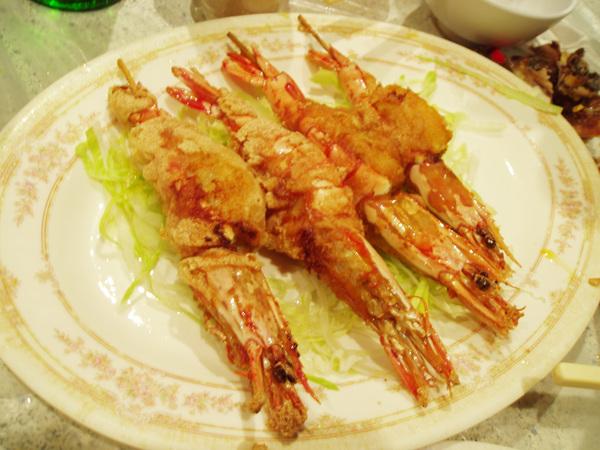 招牌菜黃金蝦賣完了,只好點子母蝦代替,大蝦中嵌了皮蛋,也很好吃