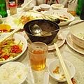 滿桌菜一下子就被我們掃光了,只剩下中卷的蔥段