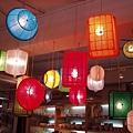 GOD裡用塑膠籃做成的燈十分奇妙
