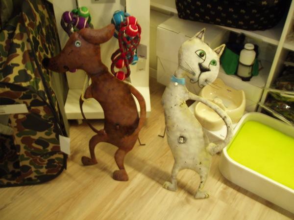 GOD的寵物用品區,逗趣的貓狗立牌