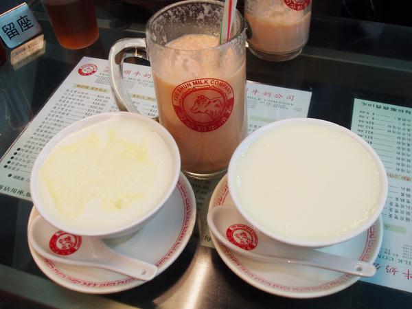 我們點了馳名雙皮燉奶、巧手薑汁燉鮮奶及冰凍木瓜鮮奶