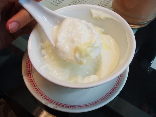 軟綿綿的雙皮燉奶,不過我覺得薑汁燉奶更好吃