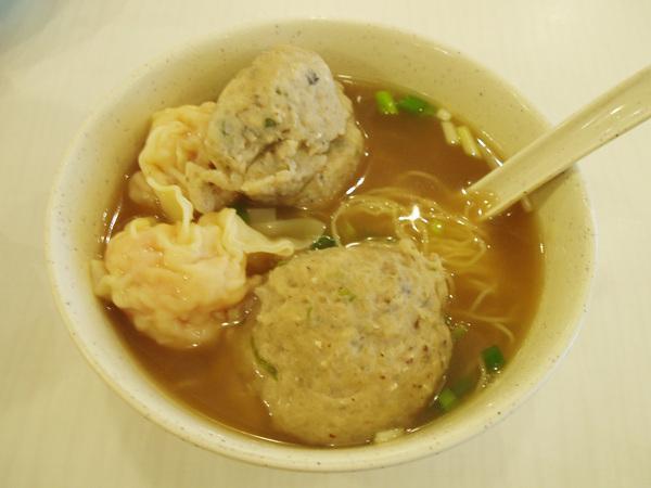 沾仔記的雙併麵(蝦雲吞+鯪魚球),魚球很大顆,味道很奇特