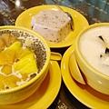 滿記美味的甜品:左為白雪黑珍珠,中為椰汁紫米糕,右為涼粉西米露