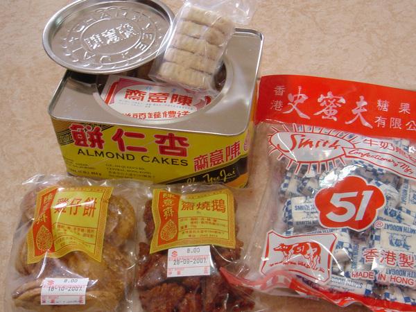 我們的戰利品,前面小包的是小史推薦的一些傳統零嘴(雞仔餅和齋燒鵝)