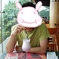 很MAN的小史在山頂廣場的餐廳點了「低卡路里士多啤梨(草莓)奶昔」