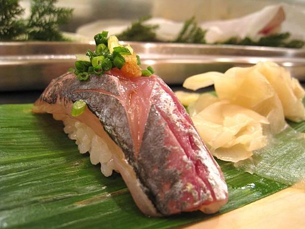 大白最愛的鯵(Aji)壽司,好吃到他說再來一個,結帳時才發現單點一份600日圓