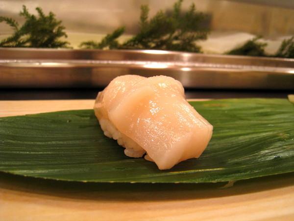 第一道上的是干貝握壽司
