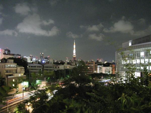 從六本木Hills遠眺東京鐵塔夜景。右邊發亮的大樓是朝日電視台。