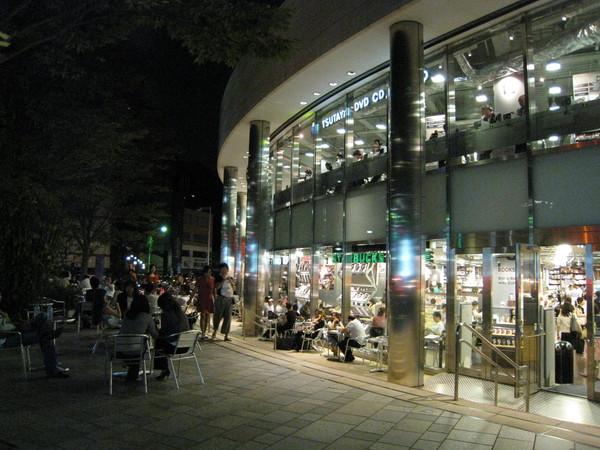 Tsutaya書店外總有成群老外喝咖啡聊天